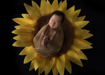 10-chinninguyenphotography newborn photography cute baby infant sleeping baby on sunflower
