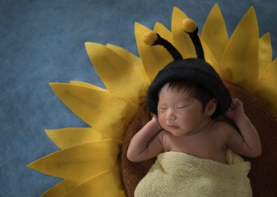 9-chinninguyenphotography newborn photography cute baby infant sleeping baby on sunflower